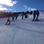 Grupo esquiando