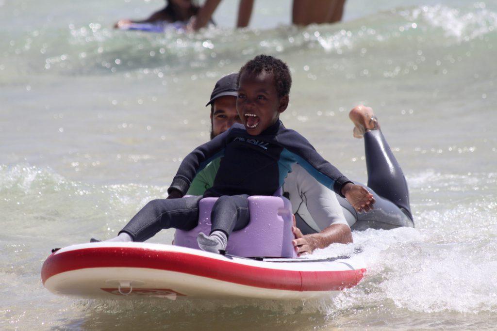 Surf adaptado con Play and Train