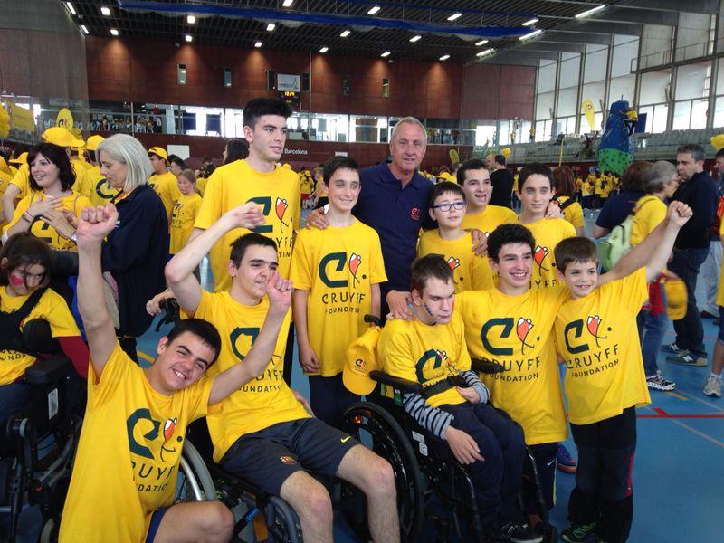 Foto de grupo de los chicos de Play and Train con Johan Cruyff en el Open Day