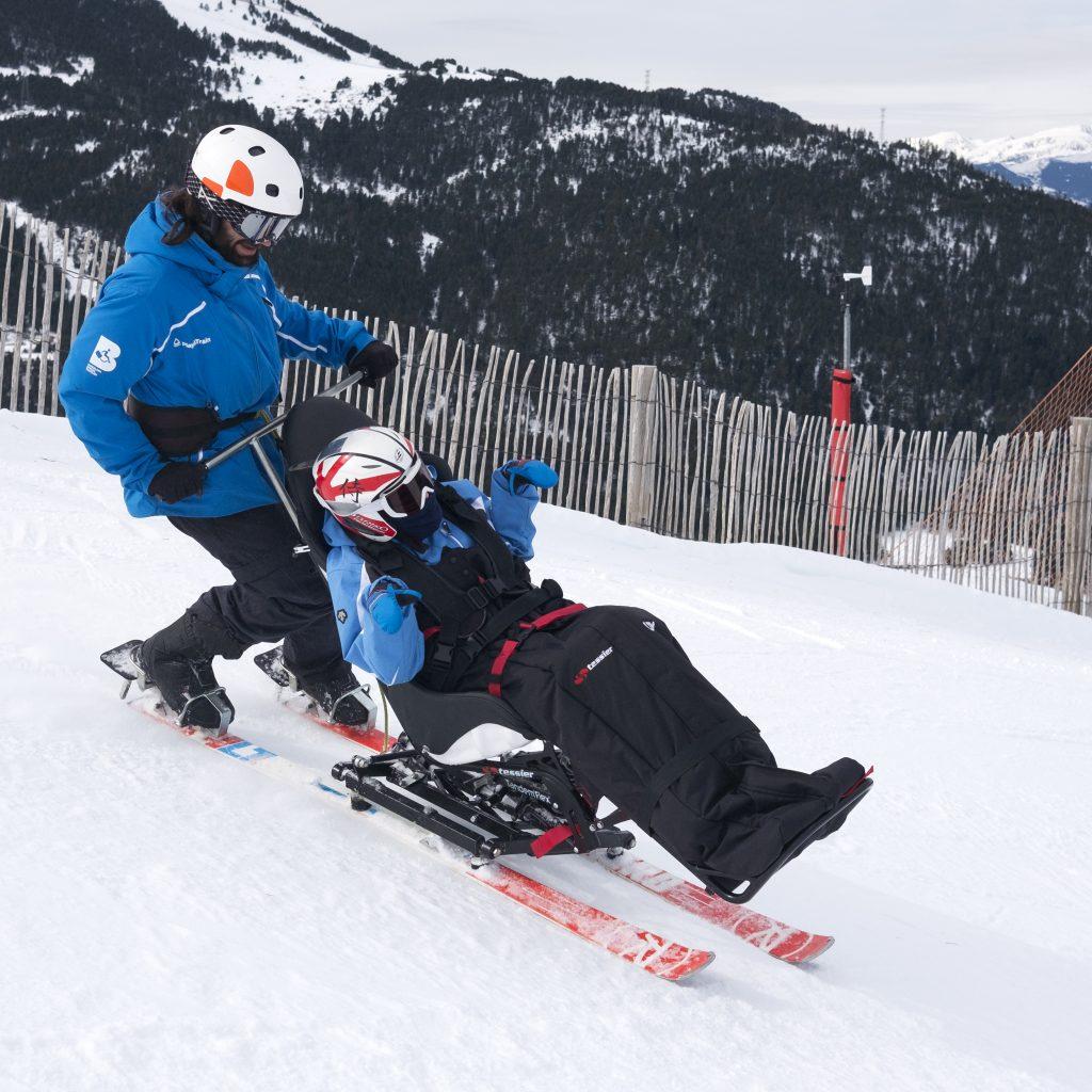 El Tandem Flex es una adaptación en el que piloto y cliente van encima de los mismos esquís, teniendo una mayor sensación a deslizamiento y velocidad.
