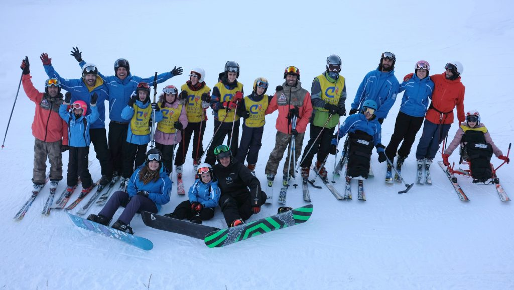 Grupo de niños en el campamento de esquí adaptado