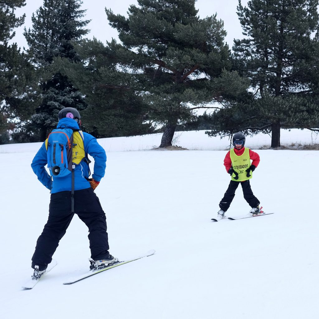 El esquiador con discapacidad visual y el guía llevan petos para que se los reconozca.