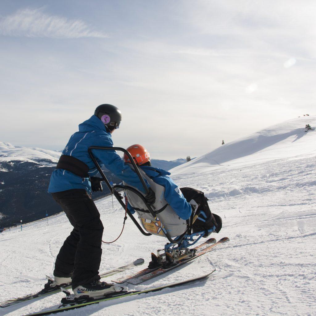 En la baquette un instructor te acompaña pilotando la silla por las pistas de esquí