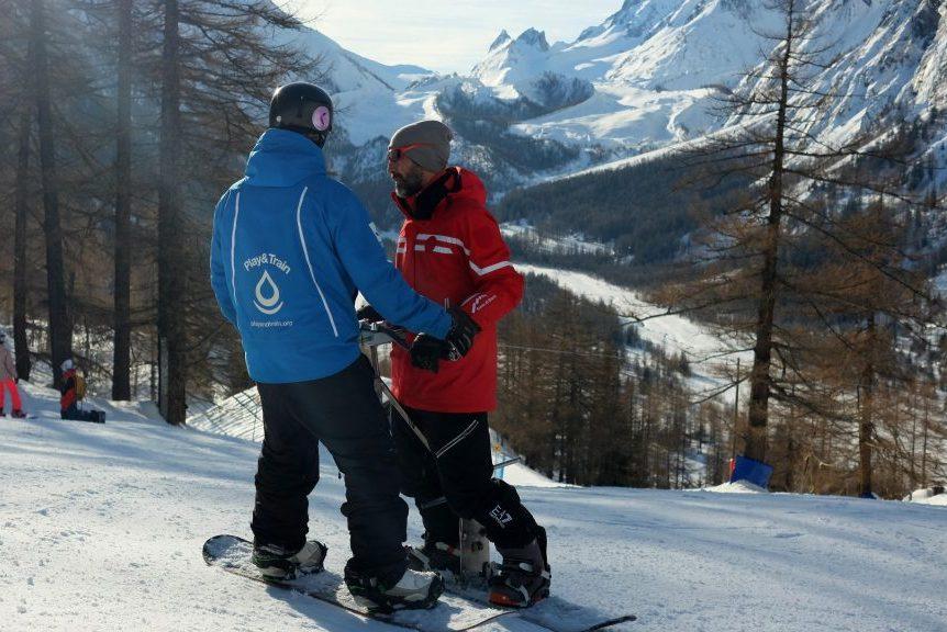 Dos hombres usando el sistema BASS en una estación de esquí