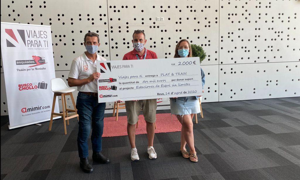 José Mª Juncadella, presidente de Play and Train recibiendo el cheque de 2.000€ por parte de Viajes Para Ti.