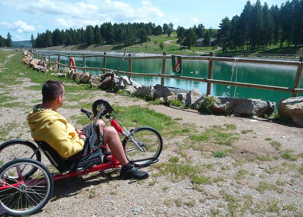 Persona con discapacidad en handbike playa and train