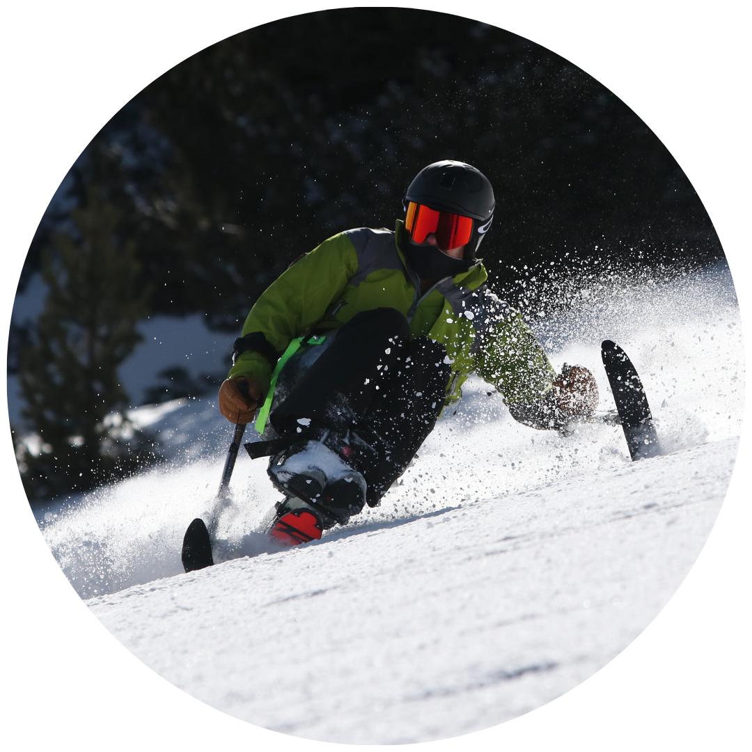 Hombre haciendo un giro en mono-ski