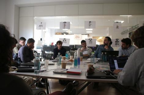 Los participantes de la primera del steady project alrededor de una mesa debatiendo,