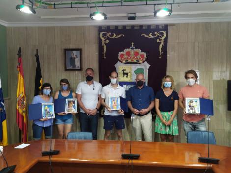 Foto de grupo en el ayuntamiento con los cuatro atletas, el concejal de deportes, el teniente de alcalde de La Oliva y la cofundadora de Play and Train