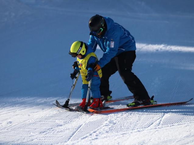 Niña esquiando con estabilos